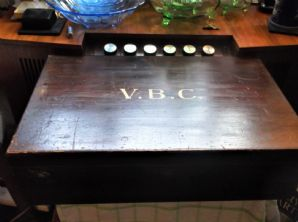LARGE WOODEN BOX HINGE LID + GILT V.B.C. BADMINTON CLUB ? UPPER DIVIDED TRAY 20